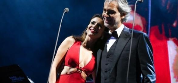 Paula Fernandes ao lado de Andrea Bocelli durante apresentação