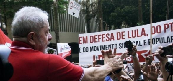 Movimentos se mobilizam para apoiar Lula (Foto: Reuters/Fernando Donasci)