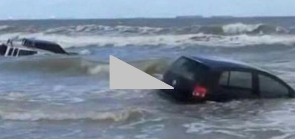 Carros são levados por tsunami