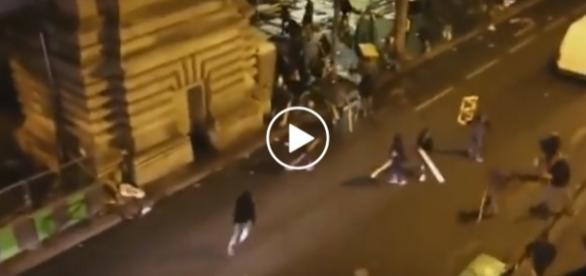 Imigranci robią rozróbę na ulicach Paryża.