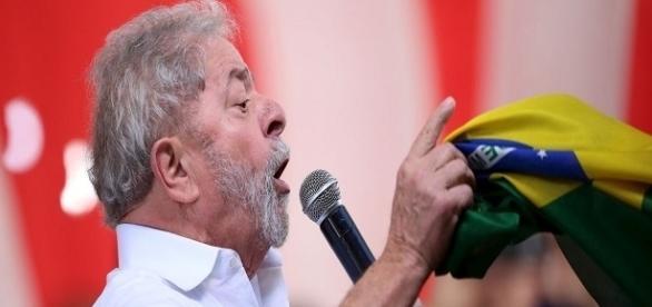 Luiz Inácio Lula da Silva se prepara para eventual pedido de prisão.