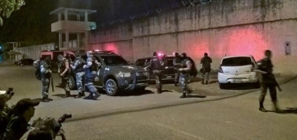 Policiais se posicionaram em frente ao complexo presidiário