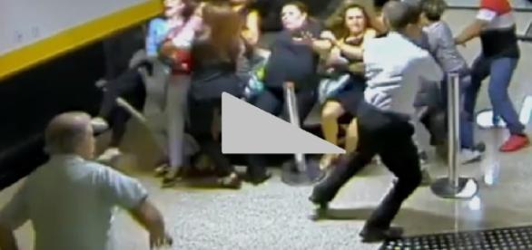 Vídeo mostra mulher atropelando fiéis