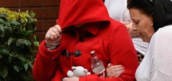 Mãe escondeu o rosto na saída do Tribunal