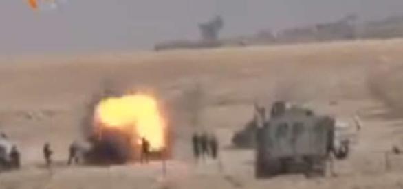Momentul șocant când un jihadist ISIS se aruncă în aer pentru a nu fi luat prizonier - Foto: captură YouTube