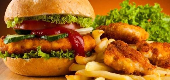 Alguns dos alimentos devem ser evitados por serem extremamente calóricos.