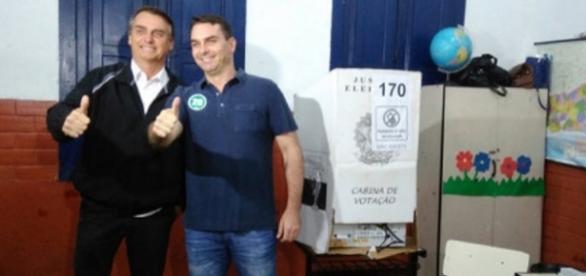 Flávio e Jair Bolsonaro votam no Rio de Janeiro
