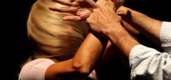 35enne abusava della figlia minorenne