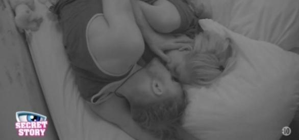 Bastien et Mélanie sont filmés alors qu'ils couchent ensemble dans la Love Room (Capture NT1/TF1)