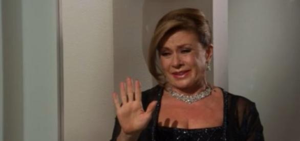 Lorena visita Esmeralda e afirma não se alegrar com a paralisia da moça