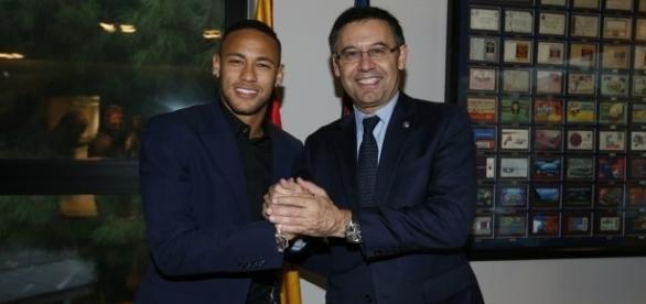 Neymar comemora com o presidente do Barcelona, Joseph Maria Bartomeu, a renovação do seu contrato