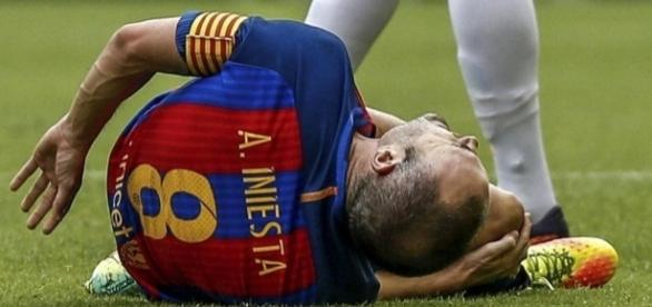 Iniesta se duele de su rodilla derecha tras la entrada de Enzo Pérez