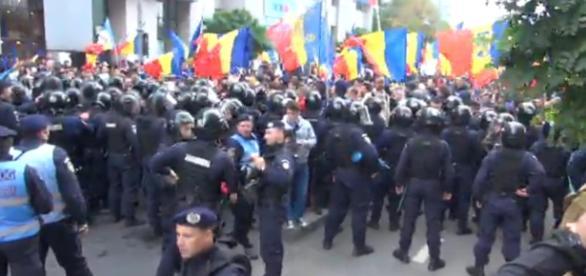 Jandarmii nu îi lasă pe protestatari în Piața Universității