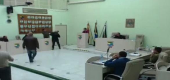 Os dois vereadores se socaram em sessão da Câmara (Foto: Reprodução)