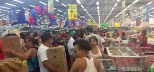 Promoção em supermercado lota estabelecimento, gerando briga e confusão