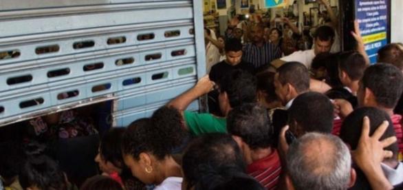 Promoções do Supermercado Guanabara atraíram um grande número de clientes.