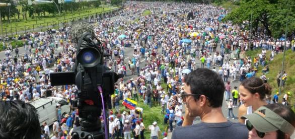 Autopista Francisco Fajardo llena de venezolanos restreados