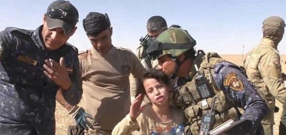 Aysha, o fetiță de zece ani plânge și mulțumește soldaților care au eliberat-o pe ea și mama ei din mâinile barbarilor luptători ISIS