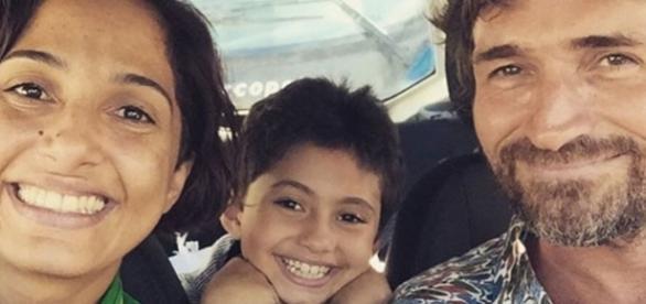 Camila feliz ao lado da filha e do ex-marido