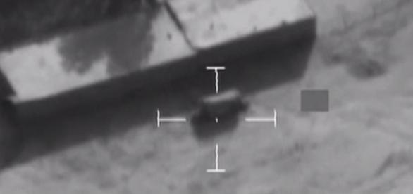 Caminhão carregado com explosivos é destruído após ataque aéreo das Forças Armadas do Reino Unido.