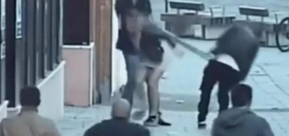"""Habla en inglés!"""" la brutal agresión xenófoba a un turista español ... - vozpopuli.com"""