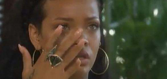 Apesar de estar sofrendo por dentro, Rihanna não quer desabar