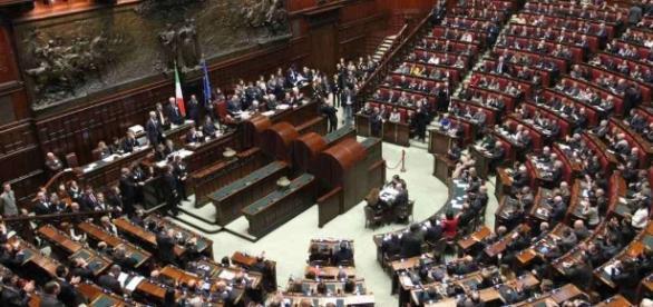 Discussione alla camera della legge movimento 5 stelle per taglio stipendi dei parlamentari. Beppe Grillo chiede agli avversari di votare si.