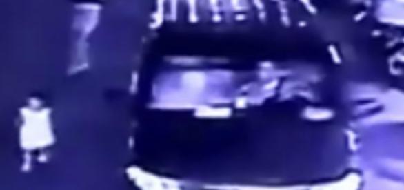 Menina se atirou na frente do carro