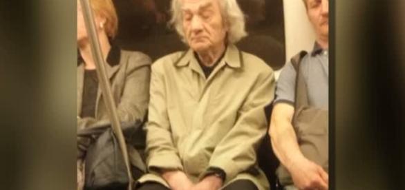 Poza care îl arată pe Leon Dănăilă în metrou a devenit vitrală