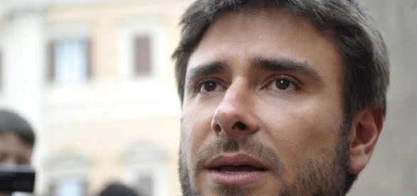 Alessandro Di Battista fuori dalla Camera nel corso della sua protesta.