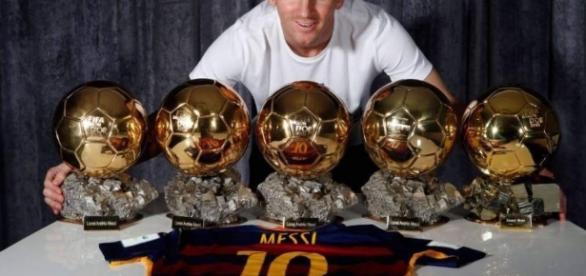 Leo Messi posa sonriente con sus cinco balones de oro. Foto: web FC Barcelona