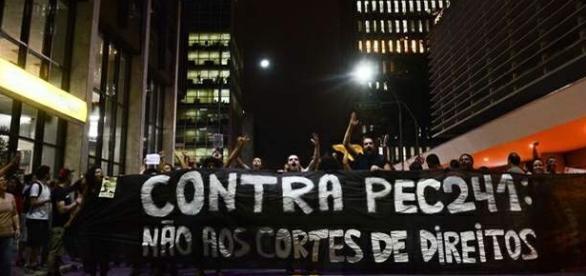 Manifestações em todo o País contra a PEC 241, que corta gastos do governo. O problema: quem vai pagar a conta. [foto Rovena Rosa / Agência Brasil]