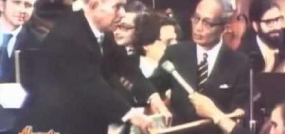 Pau Casals, pronunciando su famoso discurso sobre la paz y Cataluña ante la ONU el 24 octubre 1971, con U-Thant (Sec. Gen. de la ONU).