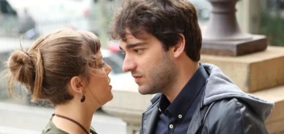 Tiago e Isabela se beijam em 'A Lei do Amor'