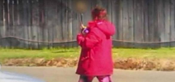 Após mulher andar na rua com um crânio nas mãos, polícia descobre corpo