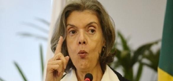 No CNJ, ministra Cármen Lúcia desafronta críticas de Renan Calheiros