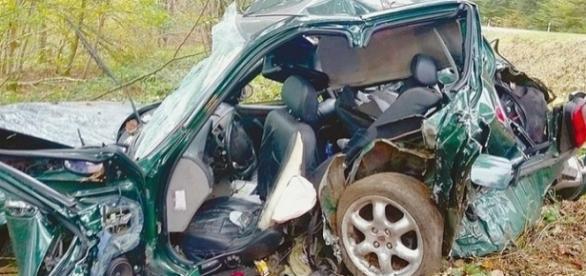 Carro bateu com violência contra uma árvore de frente