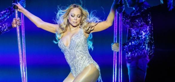 Mariah Carey durante a apresentação na Sweet Sweet Fantasy Tour