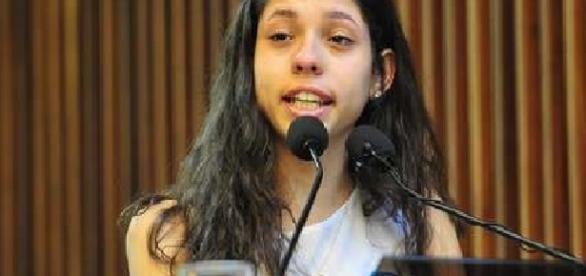 Menina de 16 anos cala deputados em discurso histórico sobre educação