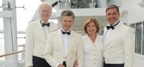 v.l. Harald Schmidt, Nick Wilder (Schiffsarzt), Heide Keller (Chefhostess) und Sascha Hehn (Kapitän)