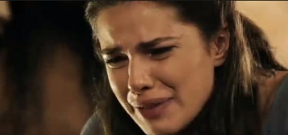 """Aruna vai dormir no celeiro após briga com Samara em """"A Terra Prometida"""