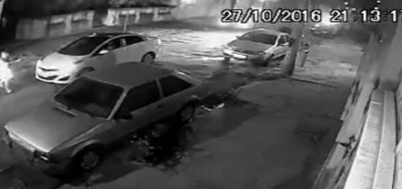 Câmera flagra o momento em que motorista é feito vítima de sequestro relâmpago no Rio.