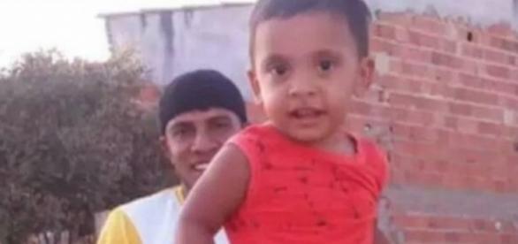 O menino morreu a golpe de faca, desferido pelo próprio pai