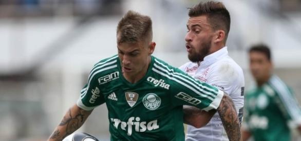 Roger Guedes em disputa com Lucas Lima, na Vila Belmiro
