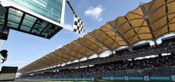 Daniel Ricciardo recebe a bandeirada em primeiro no GP da Malásia
