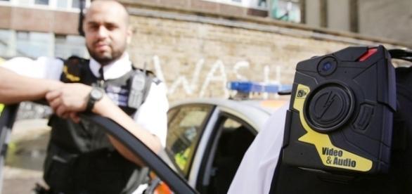 Dispositivo capta imagens e sons e está acoplado ao uniforme dos policiais - Foto: Reprodução Noticiasaominuto