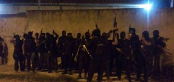 Imagem mostra traficantes fortemente armados