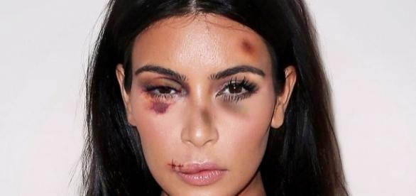 Kim Kardashian dans une pub contre les violences conjugales par l'artiste aleXsandro Palombo (crédits : aleXsandro Palombo)