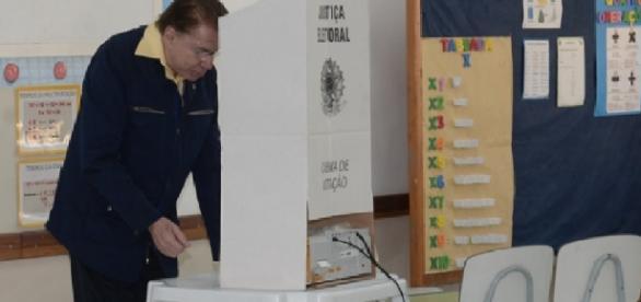 Silvio Santos dá exemplo ao votar