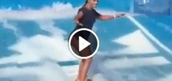 Ivete Sangalo surfa em piscina